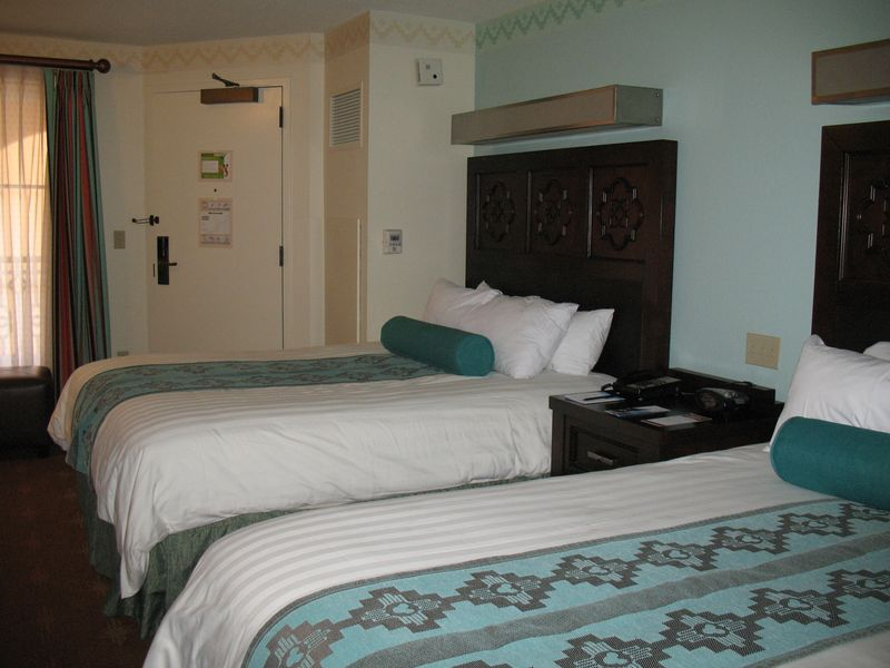 Disney's Coronado Springs Resort std room bed arrangement
